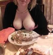 Photos des seins de Liomin, Au restaurant